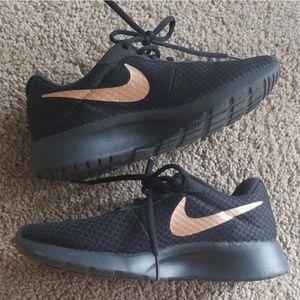 Nike tanjun black tennis shoes with rose gold